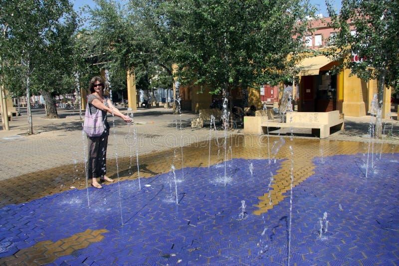 Niewiadoma kobieta na gorącym dniu przy fontannami na Alameda ulicie zdjęcia royalty free