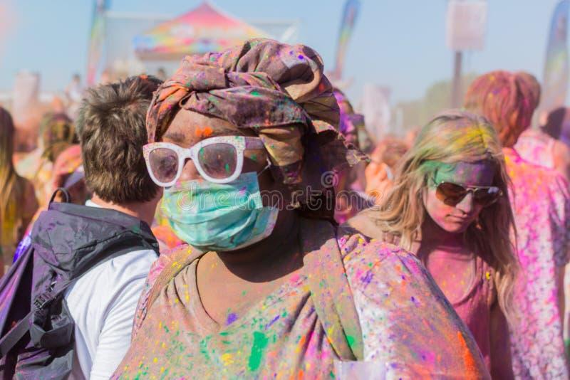 Niewiadoma kobieta z twarzą zakrywającą zdjęcie stock