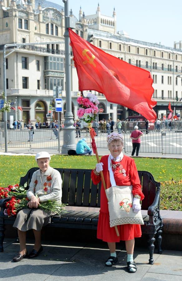 Niewiadoma starsza kobieta z czerwoną flagą przy Moskwa Bolshoi theatre na zwycięstwo dniu zdjęcia stock