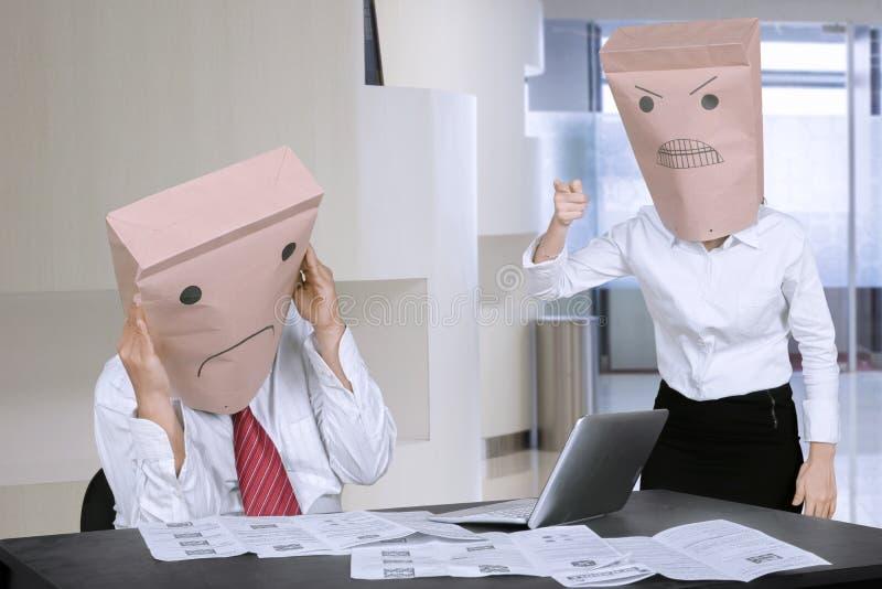 Niewiadomy bizneswoman łaja jej pracownika w biurze obrazy royalty free