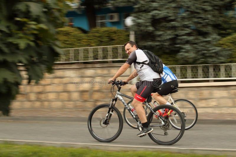 Niewiadomy cyklista przejażdżki puszek na miastowej ulicie obraz stock