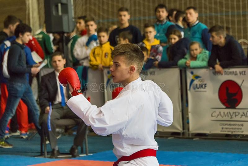 Niewiadomy młodzieżowy karate gracza narządzanie uderzać obrazy royalty free