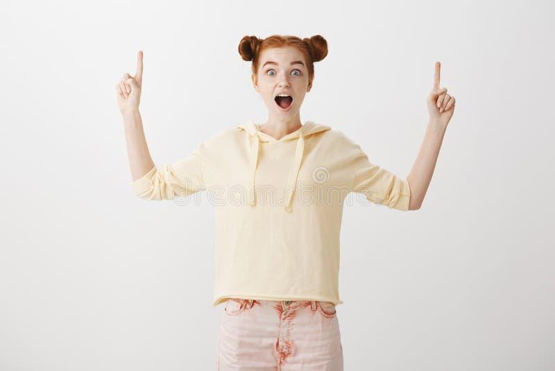Niewiarygodna kopii przestrzeń jest up Budzący emocje atrakcyjnej rudzielec żeński uczeń z dwa babeczek fryzurą w modnym odziewa zdjęcie royalty free