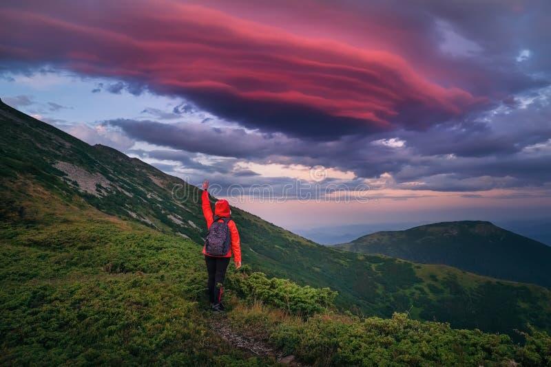Niewiarygodnie piękny niebo przy zmierzchem w Karpackich górach fotografia stock
