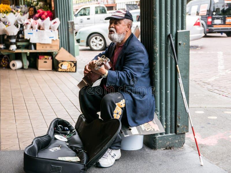 Niewidoma busker sztuk gitara przy szczupaka miejsca Jawnym rynkiem, Seattle zdjęcia royalty free