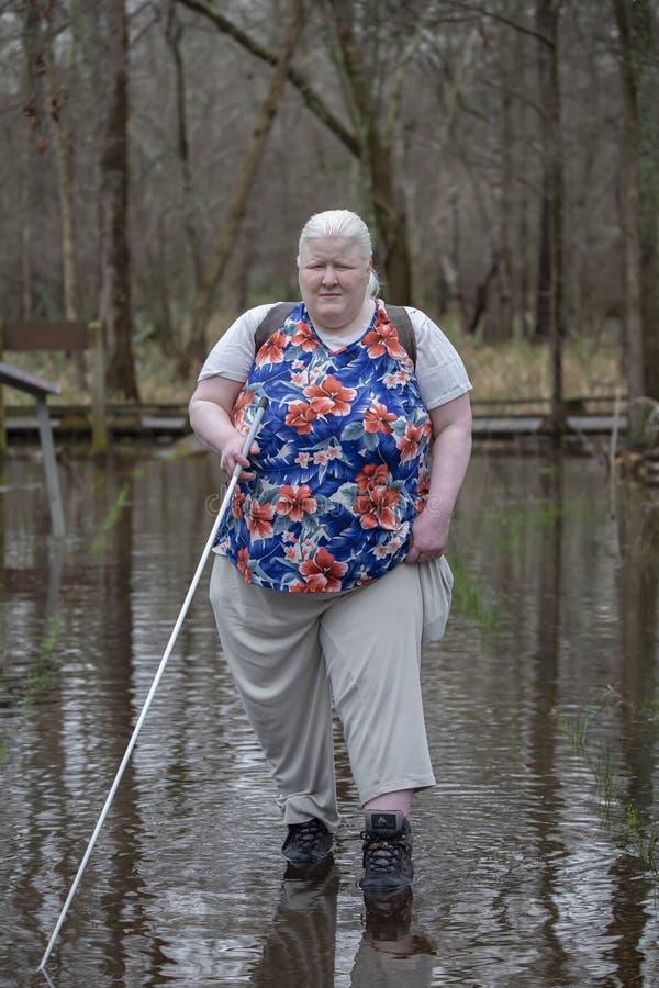 Niewidoma kobieta w powodzi obrazy stock