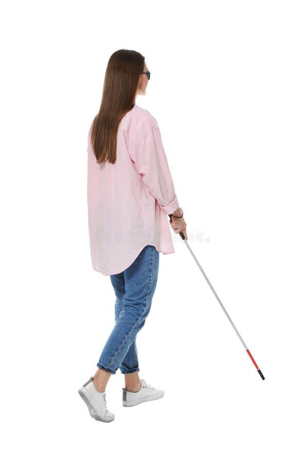Niewidoma kobieta z długą trzciną na bielu fotografia royalty free
