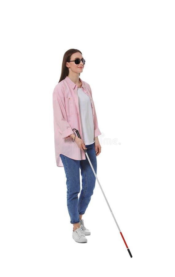 Niewidoma kobieta z długą trzciną na bielu zdjęcie stock