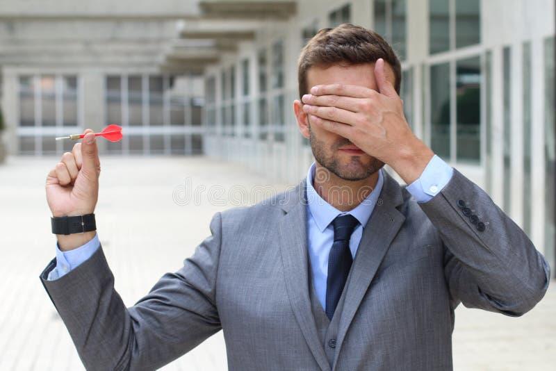 Niewidomy biznesmen trzyma strzałkę obrazy stock