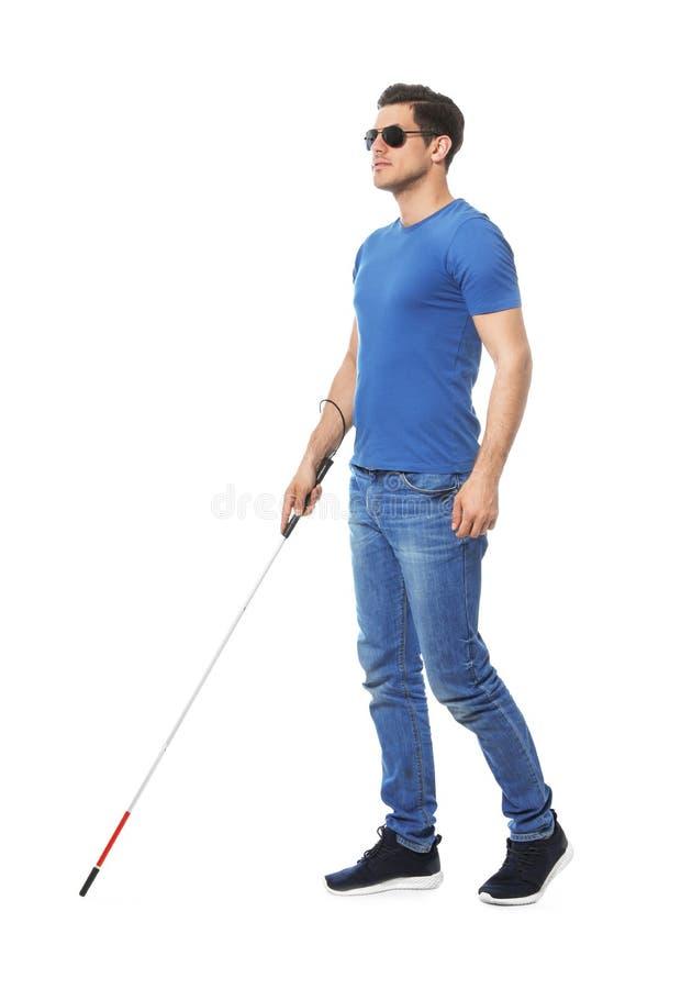 Niewidomy mężczyzna z długą trzciną na białym backround zdjęcie stock