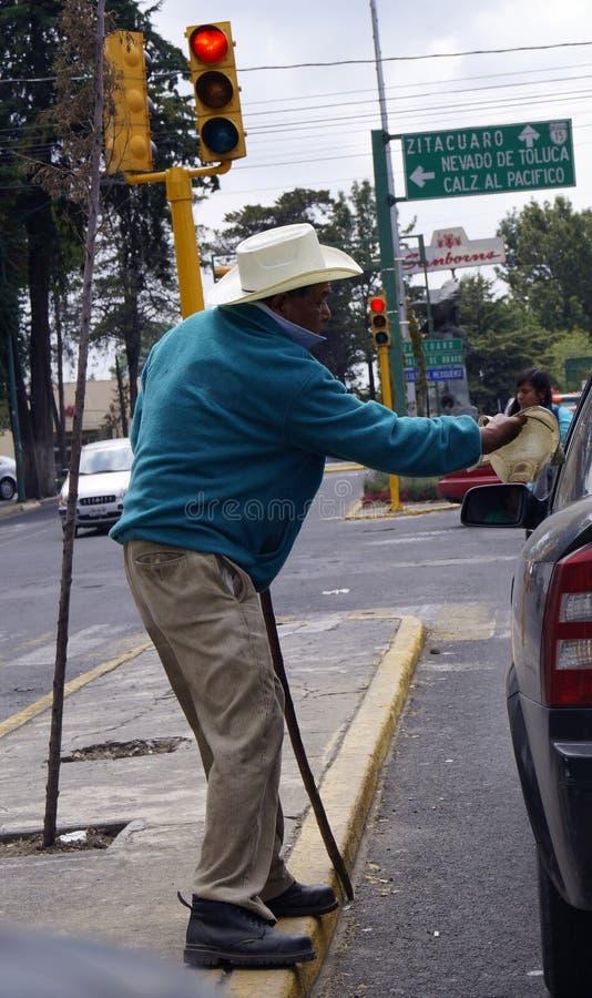 Niewidomy meksykański mężczyzna błaga w ulicie fotografia stock
