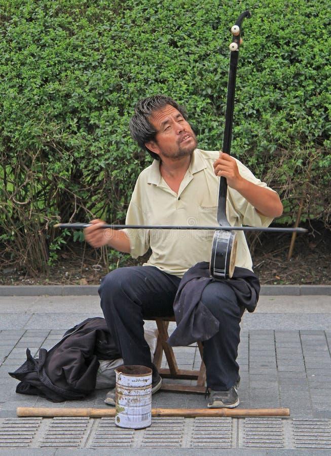 Niewidomy muzyk bawić się na ulicie wewnątrz fotografia stock