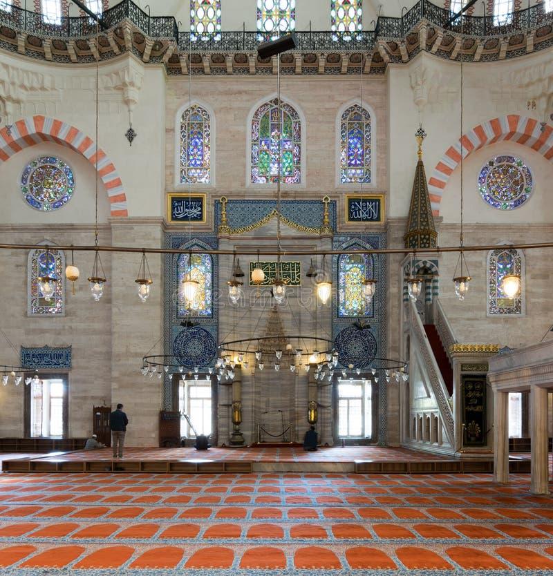 Niewiele ludzi ono modli się przy Suleymaniye meczetem, Istanbuł, Turcja obraz stock