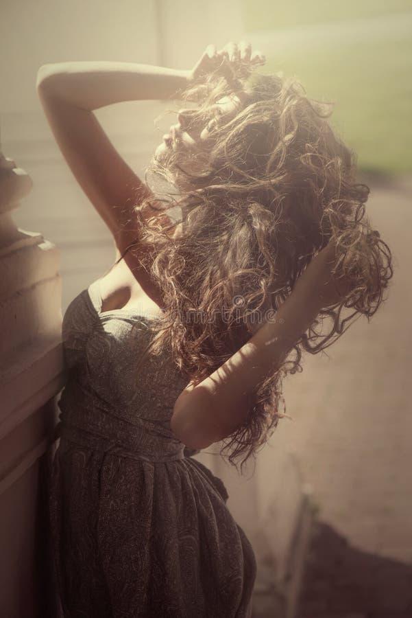 Niewinnie kobieta z latać kędzierzawego włosy obraz stock