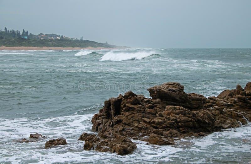 NIEWYGŁADZONE skały W morzu fotografia royalty free