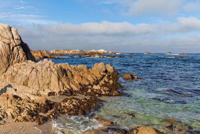 Download Niewygładzony Kalifornia Wybrzeża Krajobraz Obraz Stock - Obraz złożonej z natura, monterey: 57672787