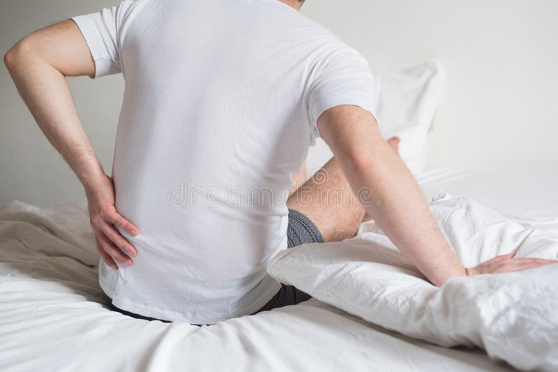 Niewygodny materac i poduszki przyczyn szyi ból zdjęcia stock