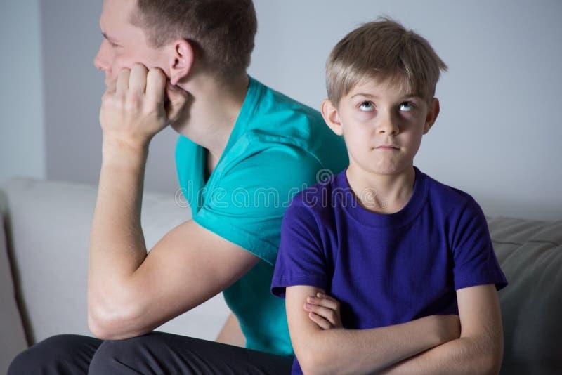 Niewyrobiony ojciec i zanudzający dziecko obraz royalty free