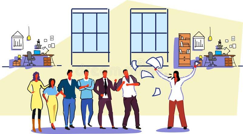 Niezadowolony kobieta szef rzuca papierowych dokumenty krzyczy na sfrustowanych pracowników akcydensowego pojęcia pracodawcy zły  royalty ilustracja
