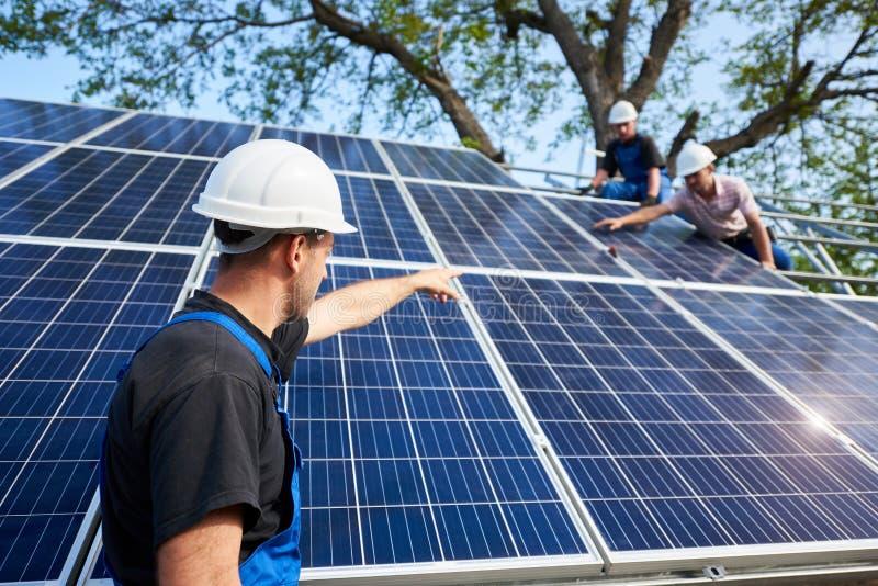 Niezależna zewnętrzna panelu słonecznego systemu instalacja, odnawialny zielony energetyczny pokolenia pojęcie fotografia royalty free