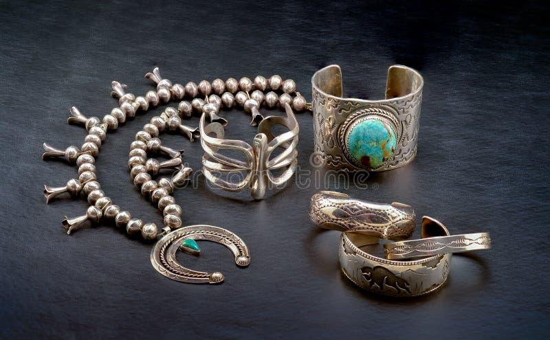 Niezawodnego srebra rodowitego amerykanina biżuteria na czarnym tle zdjęcie royalty free