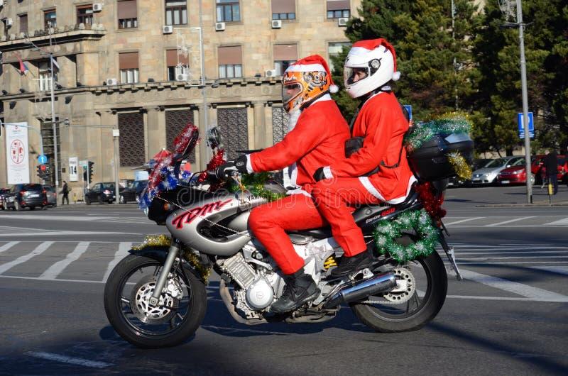Niezdefiniowany Santa dostarcza humanitarną pomoc w formie prezenty niepełnosprawne dzieci podczas rocznej Święty Mikołaj motocyk zdjęcia royalty free