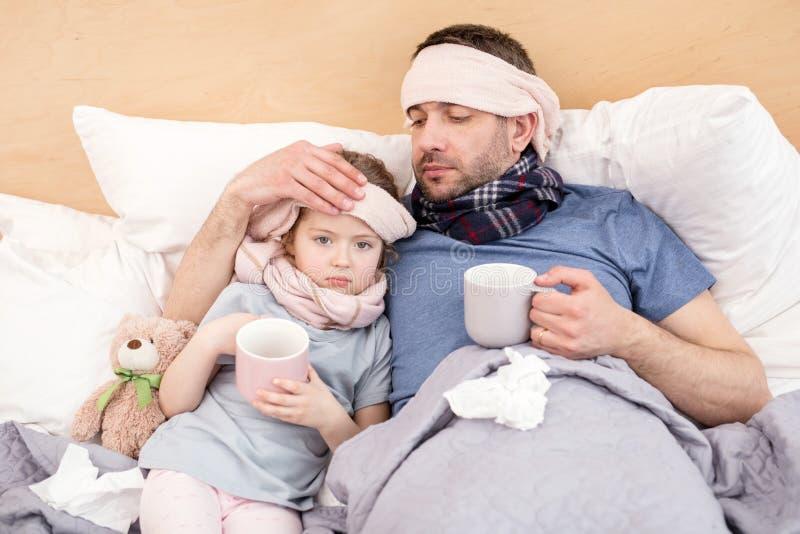 Niezdrowa dziewczyna i ojczulek ma herbaty fotografia stock