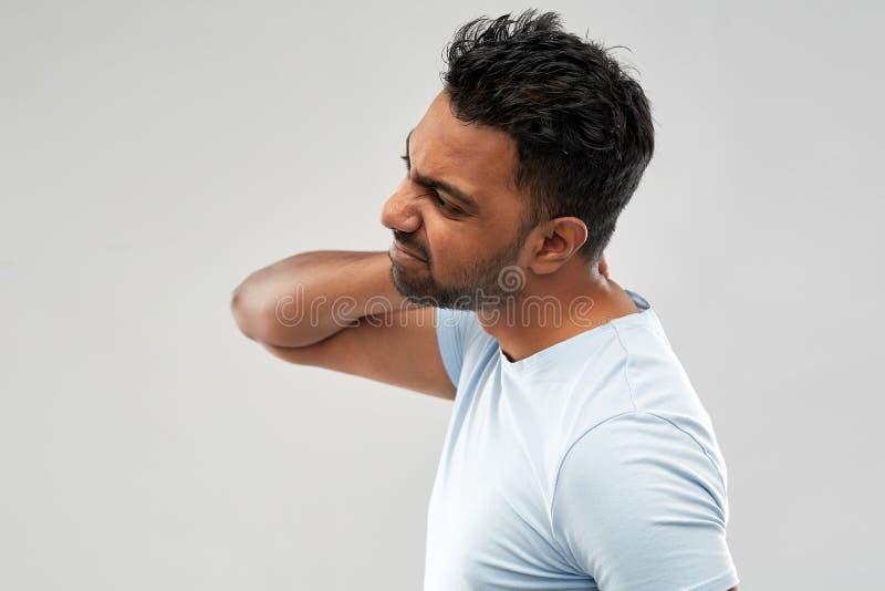 Niezdrowy indyjski mężczyzny cierpienie od szyja bólu zdjęcie stock