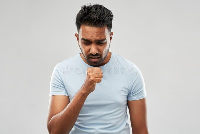 Niezdrowy indyjski mężczyzny kasłać obraz stock