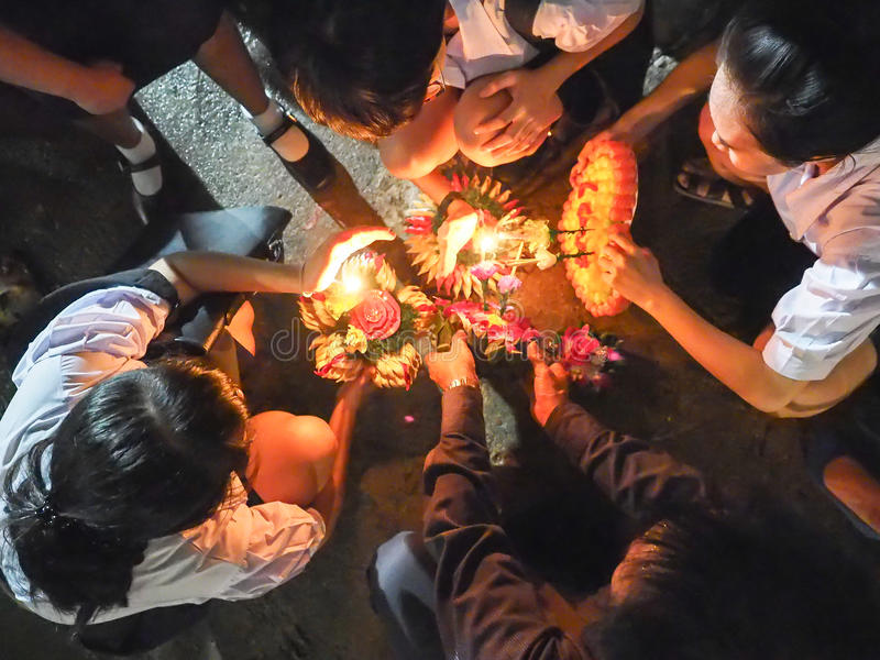 Niezidentyfikowana grupa studencka próba zaświeca up joss kij w pławiku obraz stock