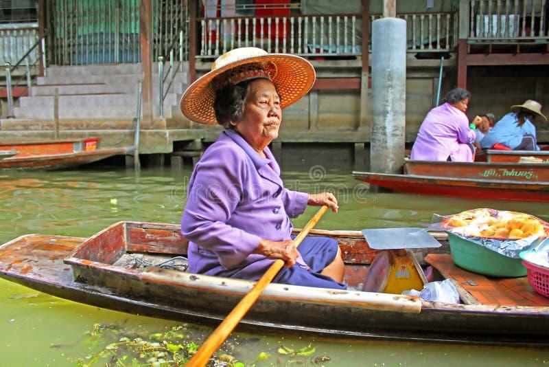 Niezidentyfikowana kobieta jest żaglami w spławowym rynku, Tajlandia zdjęcia stock