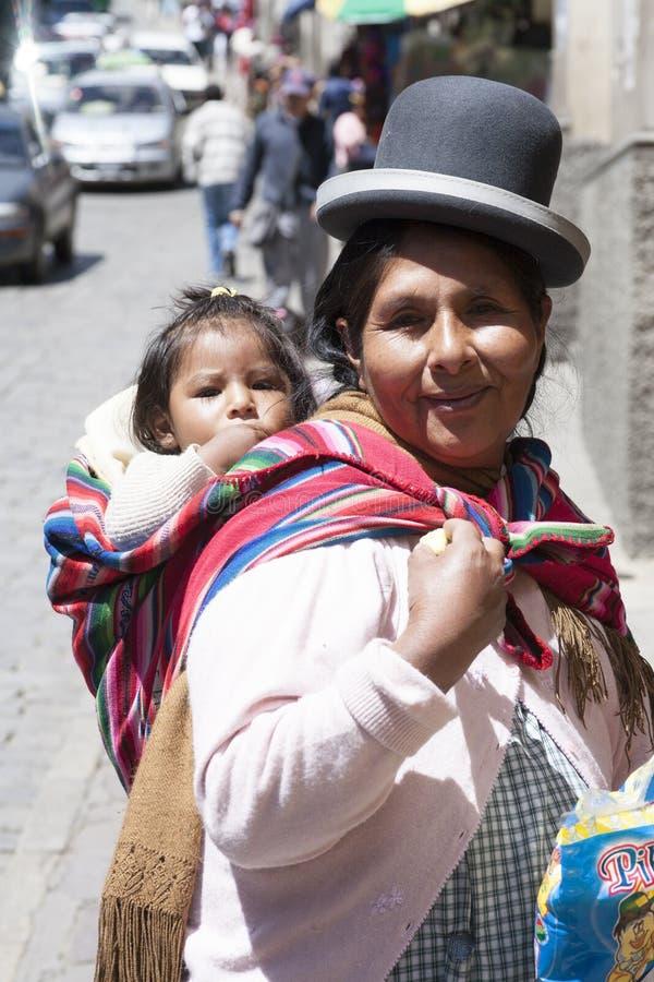 Niezidentyfikowana kobieta niesie jej dziecka w tradycyjnym temblaku Styczeń 5, 2009 w losie angeles Paz, Boliwia zdjęcia stock