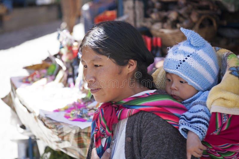Niezidentyfikowana kobieta niesie jej dziecka w tradycyjnym temblaku Styczeń 5, 2009 w losie angeles Paz, Boliwia obrazy royalty free