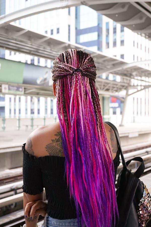 Niezidentyfikowana młoda dama z piękną Afro fryzurą z obrazy stock