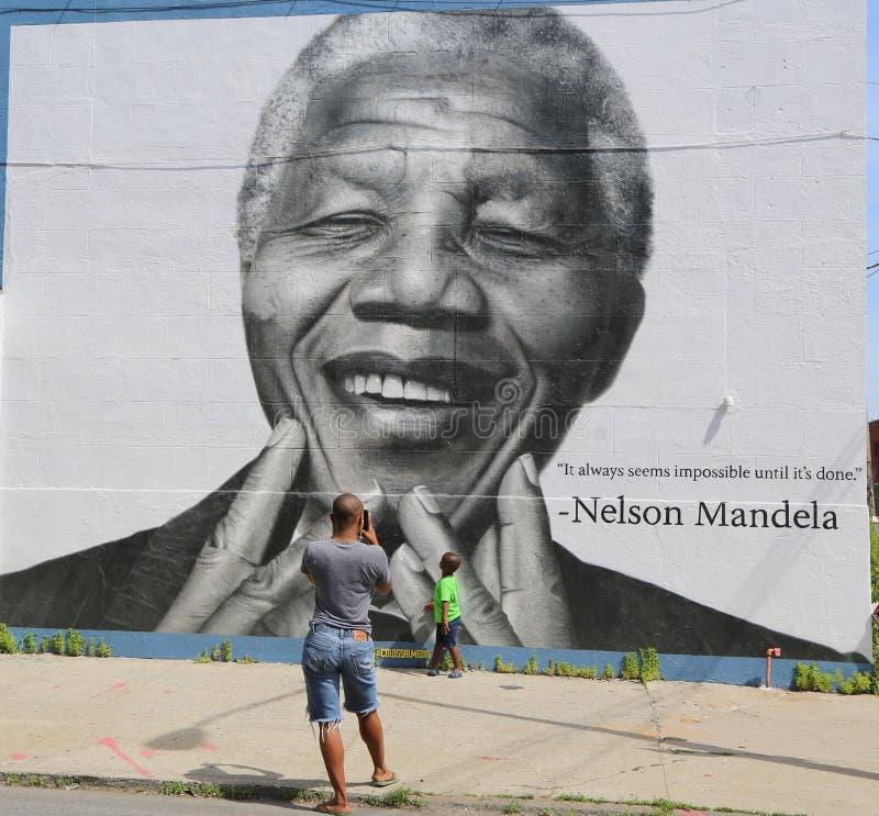 Niezidentyfikowana rodzina brać obrazek w przodzie Nelson Mandela malowidło ścienne w Williamsburg sekci w Brooklyn fotografia royalty free