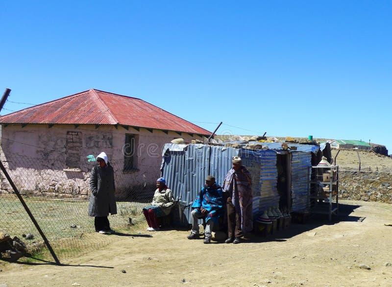 Niezidentyfikowana rodzina przy Sani przepustką, Lesotho przy wysokością 2 874m obraz royalty free