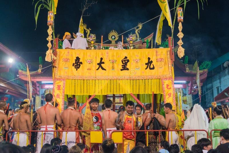 Niezidentyfikowane dewotki ono modli się dla dziewięć cesarzów bóg przy Ju zdjęcia stock