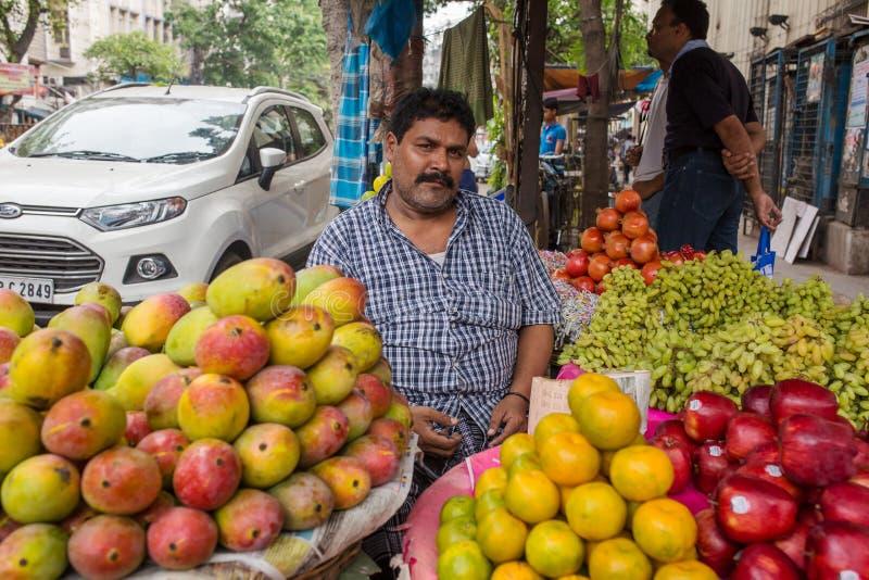 Niezidentyfikowane owocowe sprzedawcy sprzedawania owoc na ulicie Calcutta, Zachodni Bengalia, India obraz royalty free
