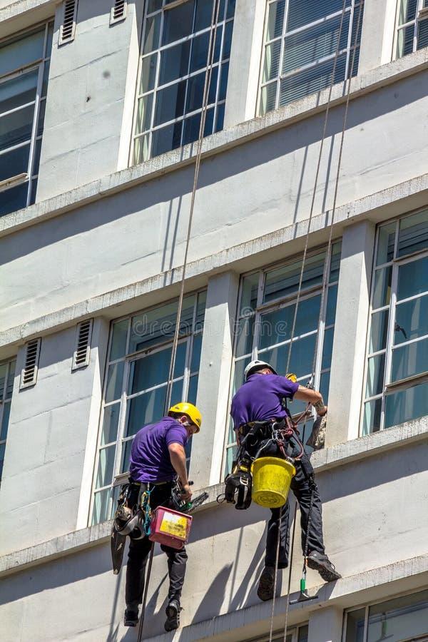 Niezidentyfikowane płuczki Myją Windows Stary budynek W Środkowym Londyn UK zdjęcia stock