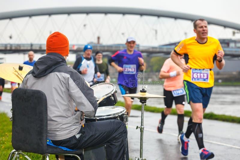 Niezidentyfikowanego dobosza podporowi biegacze podczas 16 Cracovia maratonu fotografia royalty free
