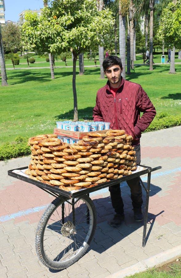Niezidentyfikowanego faceta sprzedawania Tureccy Bagels Simit przy Pomarańczowym okwitnięcie karnawałem zdjęcie stock