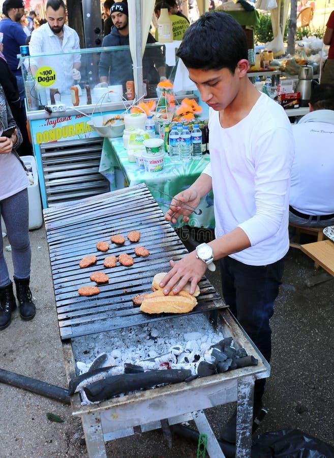 Niezidentyfikowanego Młodego szefa kuchni turecczyzny Kofte kulinarny kebab obrazy stock
