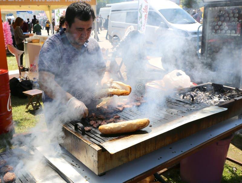 Niezidentyfikowanego szefa kuchni turecczyzny Kofte kulinarny kebab obrazy stock