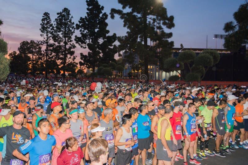 Niezidentyfikowani biegacze na początku 30th losu angeles maratonu Editio zdjęcia stock