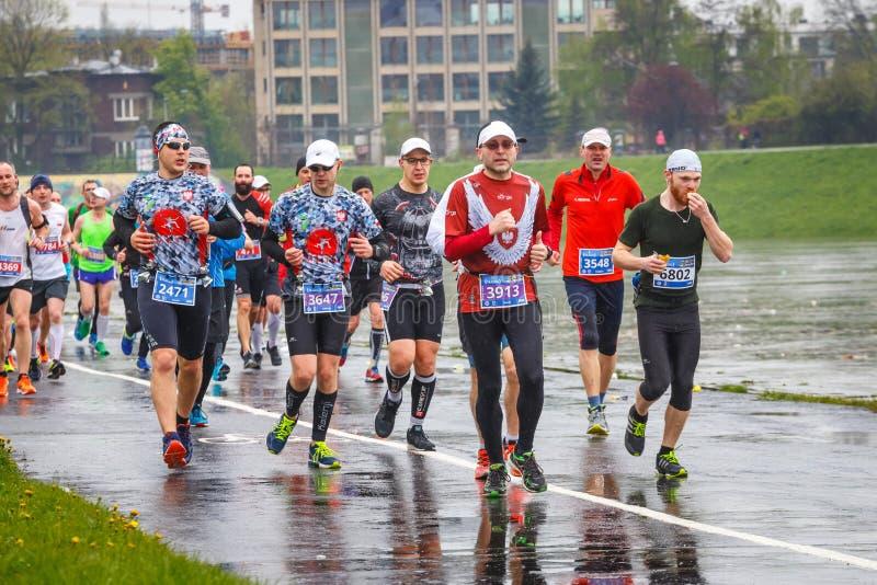 Niezidentyfikowani biegacze na ulicie podczas 16 Cracovia maratonu obraz royalty free