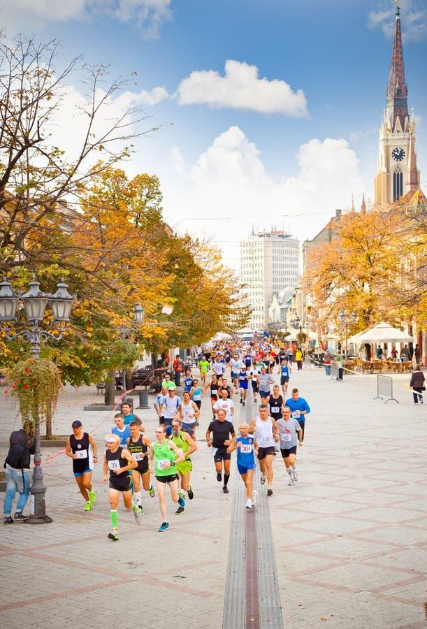 Niezidentyfikowani biegacze na ulicie w Novi Sad, Serbia obrazy stock
