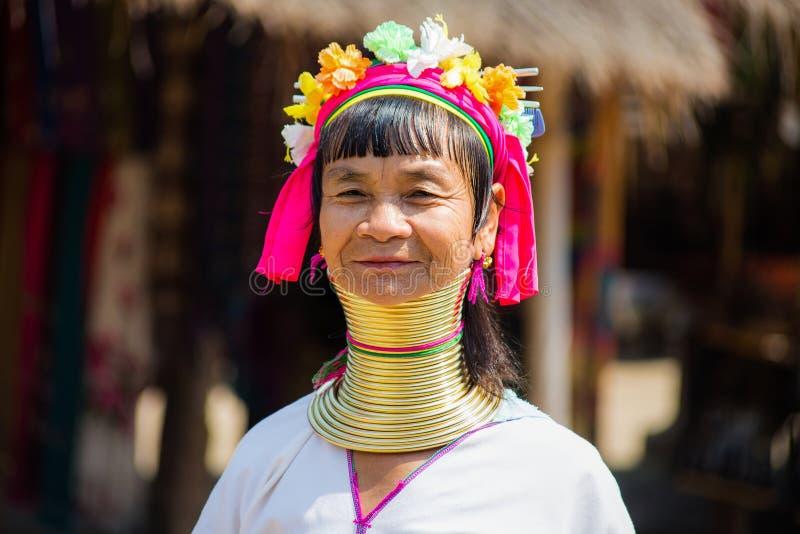 Niezidentyfikowani Dłudzy szyi Karen wzgórza plemienia ludzie Karen szyi Długie wioski w Chiang raja, Tajlandia obraz stock