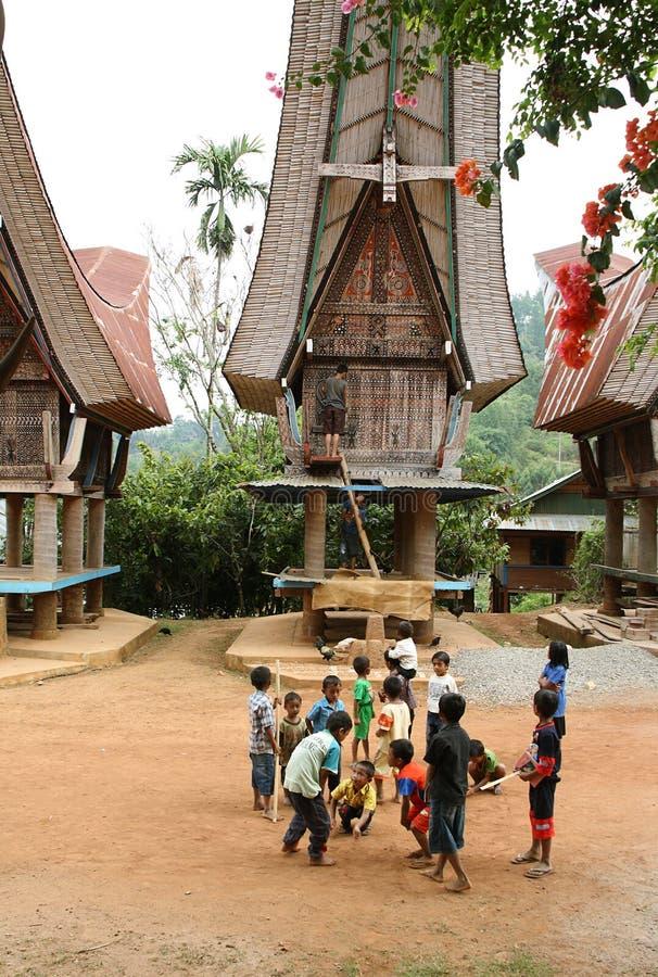 Niezidentyfikowani dzieci bawić się outdoors obraz royalty free