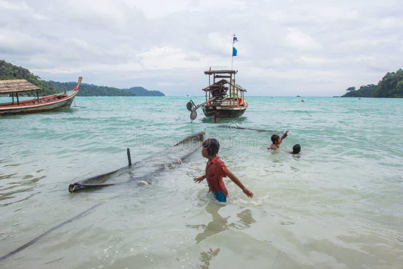 Niezidentyfikowani dzieci przy Morgan, denni gypsies, wioska Morgan lokalizuje wioskę w małej wyspie południowy Koh Surin obrazy royalty free