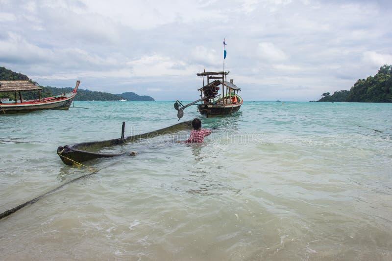 Niezidentyfikowani dzieci przy Morgan, denni gypsies, wioska Morgan lokalizuje wioskę w małej wyspie południowy Koh Surin obraz stock
